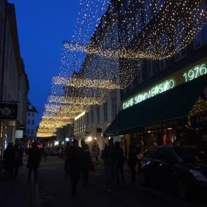 クリスマスのライトアップ。 クリスマス1か月前にもなるとどこもこのような感じにライトアップされます。