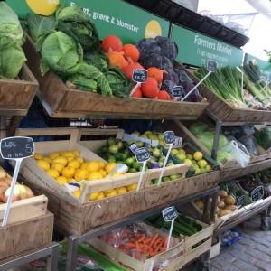 自宅近くのマーケット。スーパーの商品は大容量のものが多く一人暮らしには多すぎるため、マーケットの量り売りが重宝します。